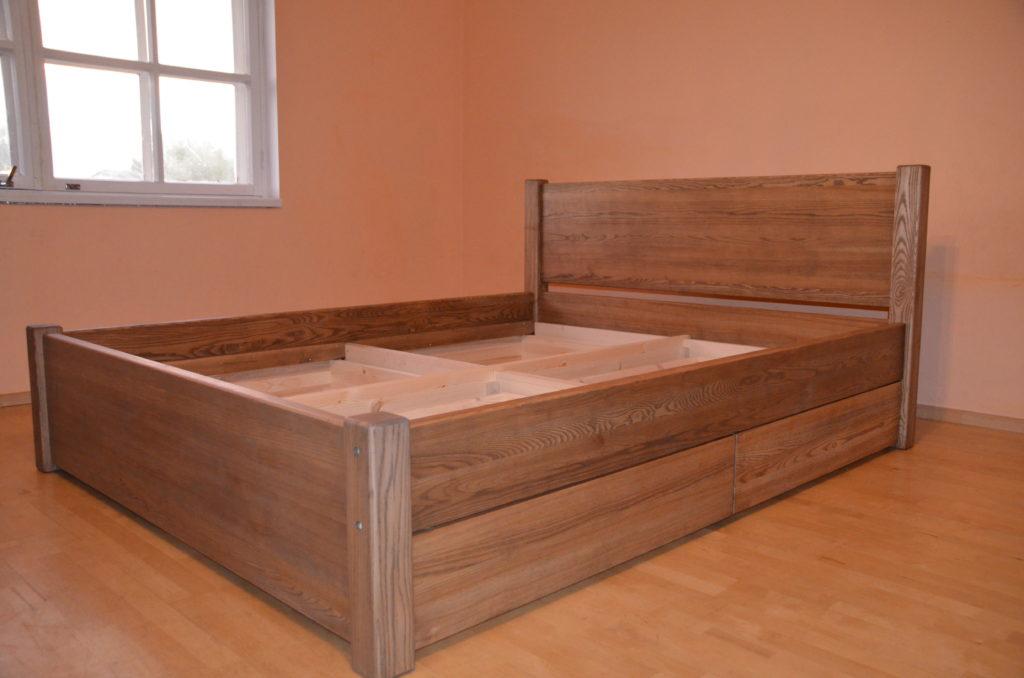 Sahtlitega pruun voodi